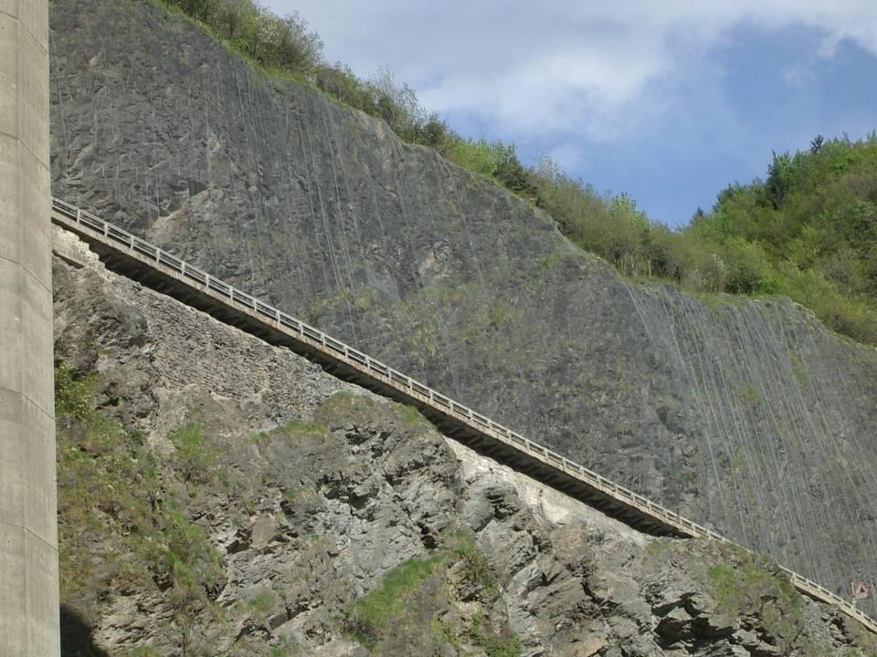 Grillage de protection de la voie descendante de la Route blanche au niveau des Egratz (cliché Bernard Théry, 7 mai 2013)