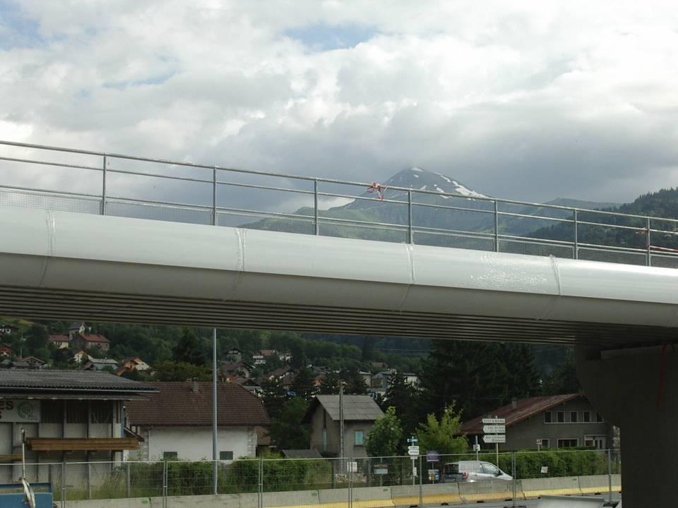 Pont SNCF de l'Aérodrome à Passy : pose du ballast ; à l'arrière plan, le Mont-Joly (cliché Bernard Théry, 25 juin 2013)