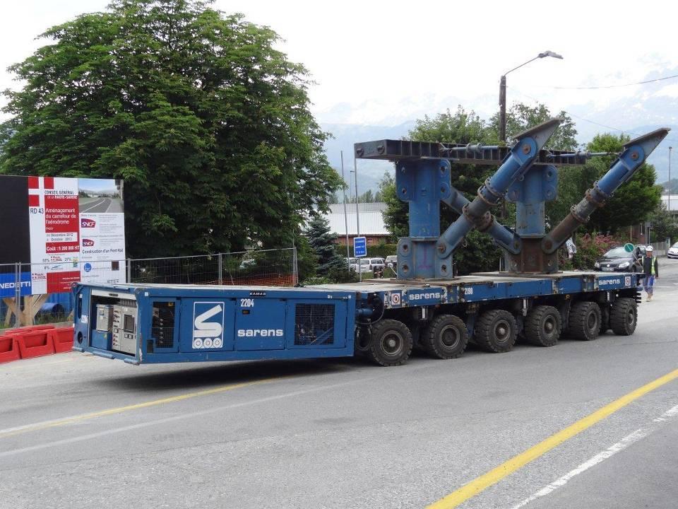 Arrivée de l'élévateur télé commandé qui va procéder au déplacement du tablier (cliché Louis Pillon, 4 juin 2013)