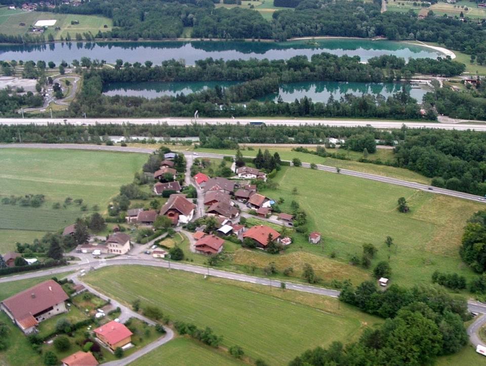 L'école et le hameau des Ruttets, vue aérienne (pilote Roland Sarkis, cliché Bernard Théry)