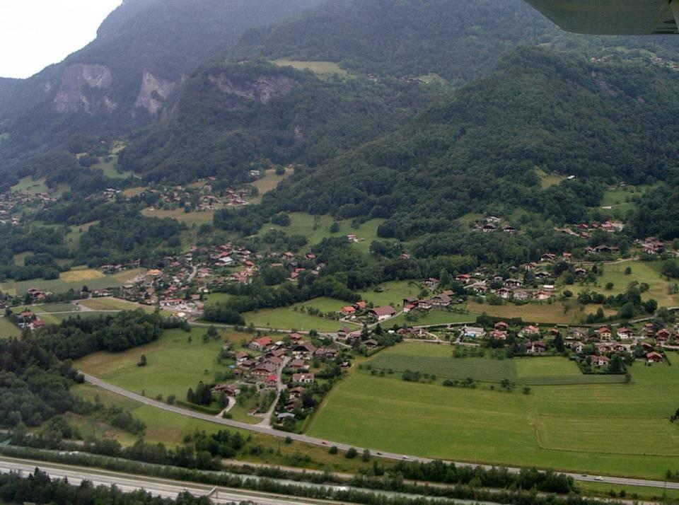 Vue aérienne des hameaux qui entourent l'école des Ruttets (à gauche de la photo) ; au premier plan, le Péchieu et Loisin (pilote Roland Sarkis, cliché Bernard Théry)