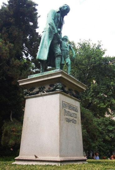 Statue de Pestalozzi dans un square de Zurich