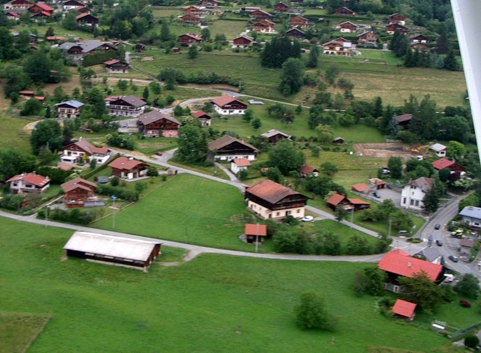 Vue aérienne du hameau de Bay en 2013 ; à droite l'école et la chapelle (pilote Roland Sarkis, cliché Bernard Théry)