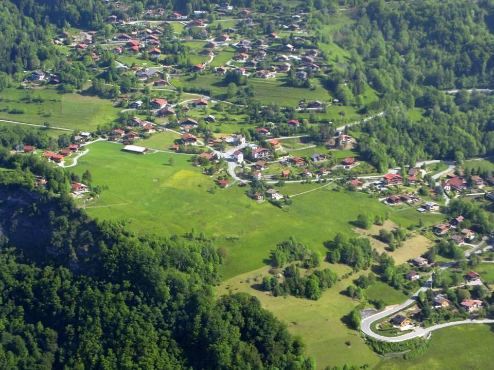 Vue aérienne du hameau de Bay en 2012 ; au centre l'école et la chapelle (pilote Roland Sarkis, cliché Antoine Chandellier)