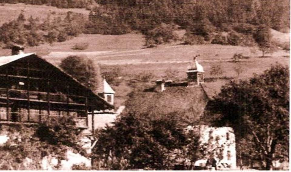 L'ancienne école de Bay au début du XXe siècle (P. Dupraz, Traditions et évolution, p. 91, détail)