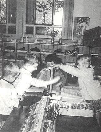 Elèves dans l'atelier d'imprimerie Freinet (site ICEM)