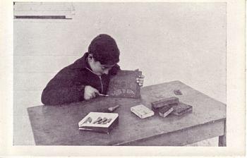 Un enfant réalise une illustration à la linogravure pour le journal scolaire (site ICEM pédagogie Freinet)