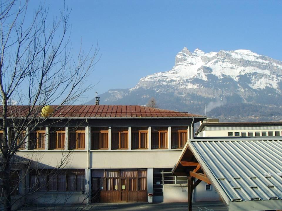L'école de l'Abbaye, façade sud ; au fond l'aiguille de Varan (cliché Bernard Théry)