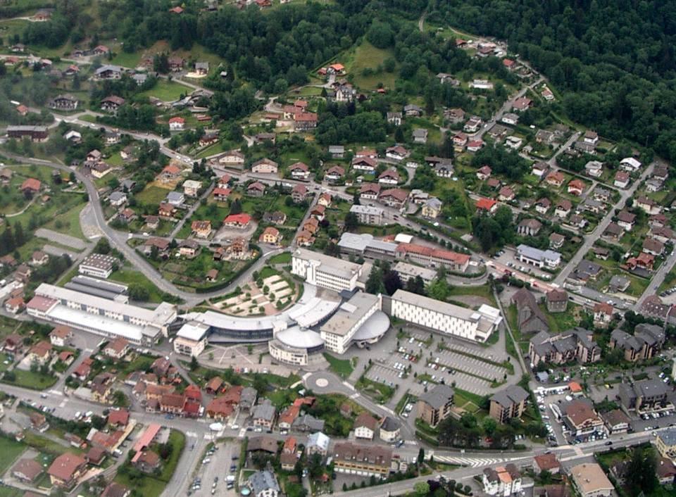 L'école de l'Abbaye et le lycée du Mont-Blanc René-Dayve ; à droite, l'église N.D. des Alpes (pilote Roland Sarkis, cliché Bernard Théry)