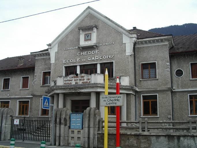 L'école de garçons à Chedde construite en 1939 ; devenue mixte, elle a pris le nom d' « école du Centre » (cliché Bernard Théry)