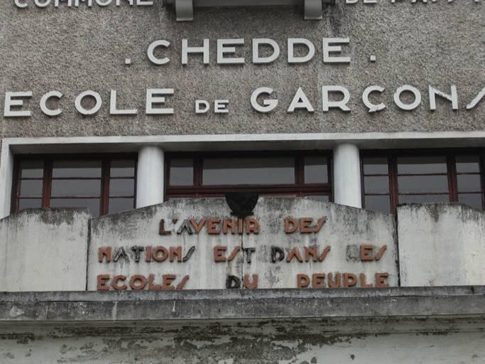Fronton de l'école de garçons à Chedde construite en 1939 à Passy (cliché Bernard Théry, 2011)