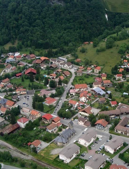 Vue aérienne des terrains autour de l'école de Chedde le Haut (pilote Roland sarkis, cliché Bernard Théry, juin 2013)