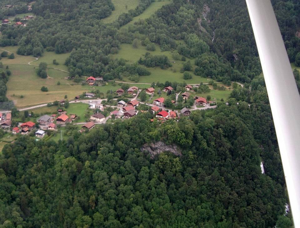Le hameau de la Motte et son école ; en bas, le rocher de la Motte et la cascade de Chedde (pilote Roland Sarkis, cliché Bernard Théry)
