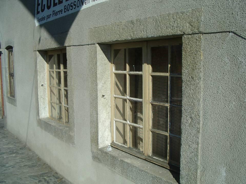 La chapelle-école de Maffrey : les deux fenêtres de la classe (cliché Bernard Théry)