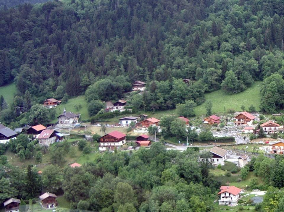 Vue aérienne de l'école de Maffrey dans le hameau (pilote Roland Sarkis, cliché Bernard Théry)