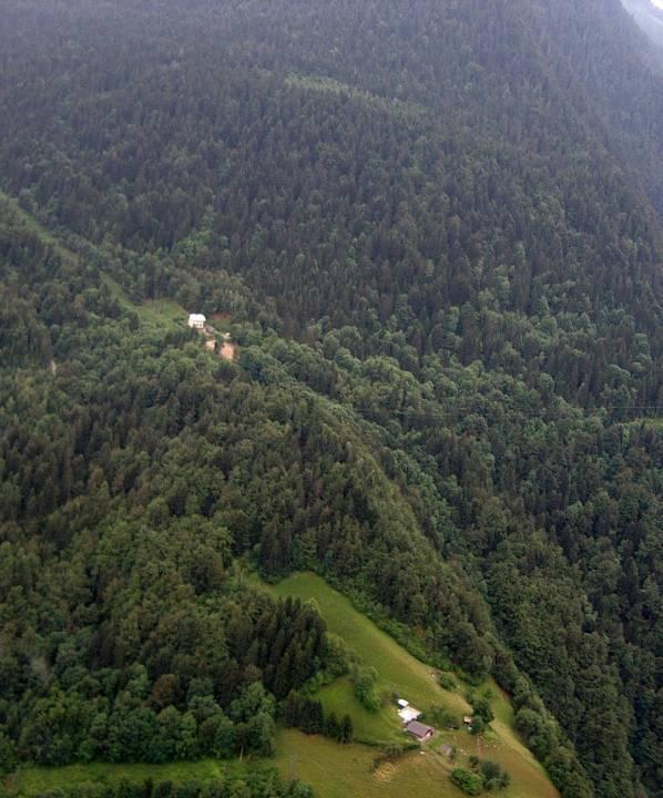 L'école de Montcoutant… « dans un lieu retiré », à gauche (pilote Roland Sarkis, cliché Bernard Théry)