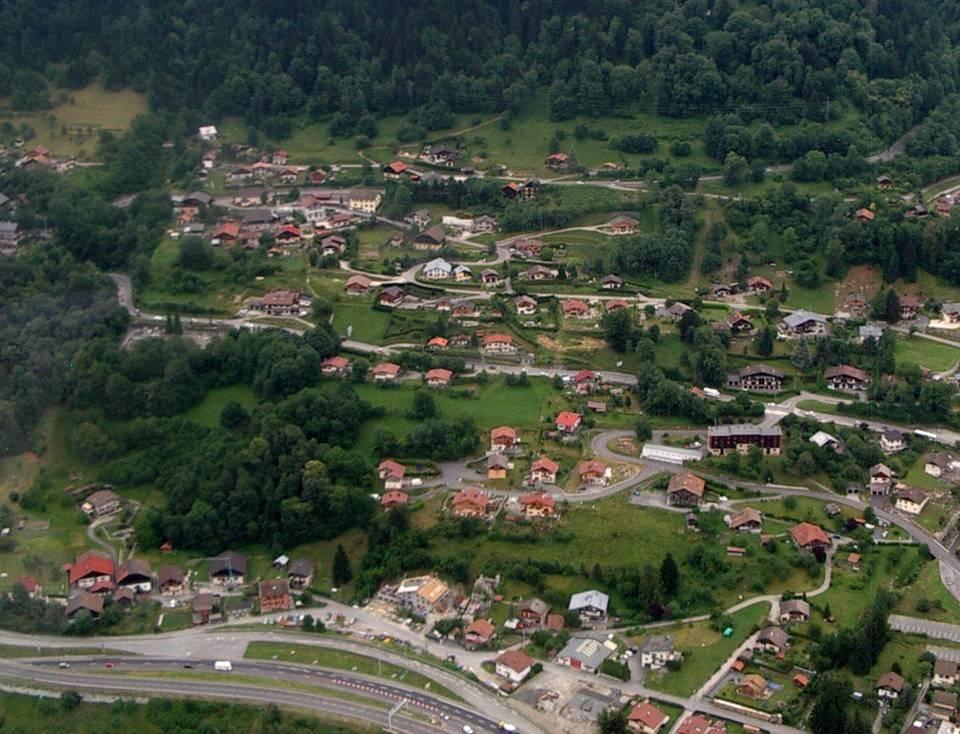 Vue aérienne des Plagnes ; en haut, à gauche, l'école (pilote Roland Sarkis, cliché Bernard Théry, 2013)