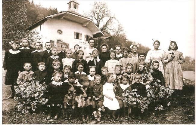 Les nombreux élèves de Maffrey en 1920, avant la construction de l'école du Plateau d'Assy (Vatusium 12, p.20)