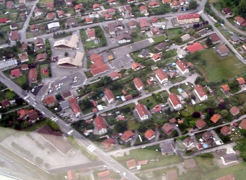 Vue aérienne des écoles de Chedde Centre et de la Jonction (pilote Roland sarkis, cliché Bernard Théry, juin 2013)