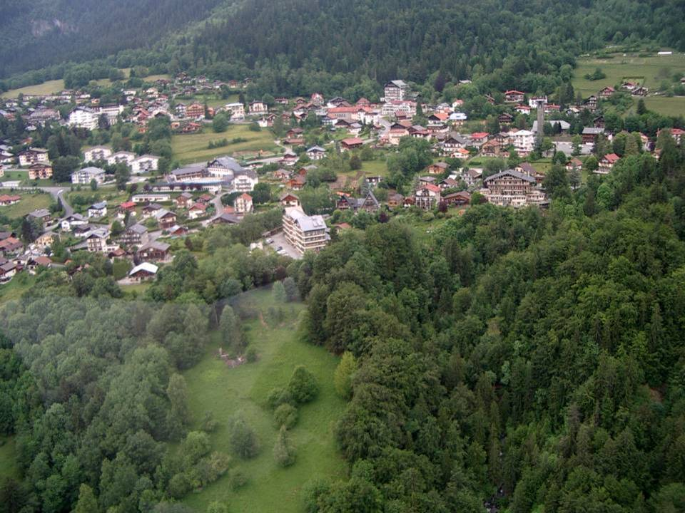 Le Plateau d'Assy et ses écoles (pilote Roland Sarkis, cliché Bernard Théry, 2013)
