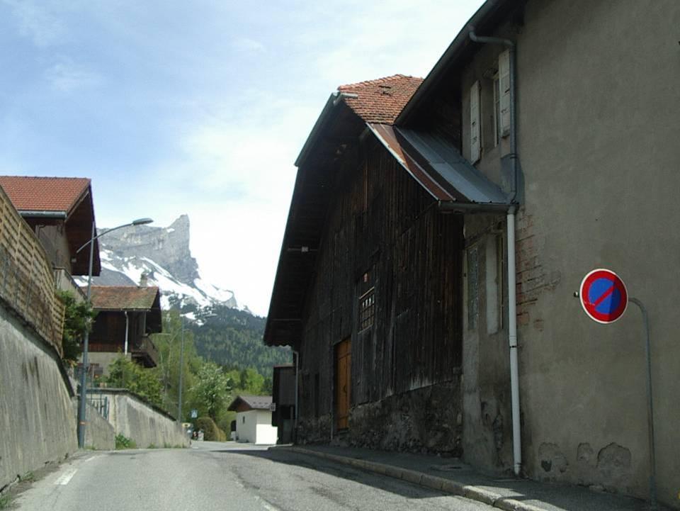 A droite, la ferme Devillaz qui abrita l'école (Cliché Bernard Théry)