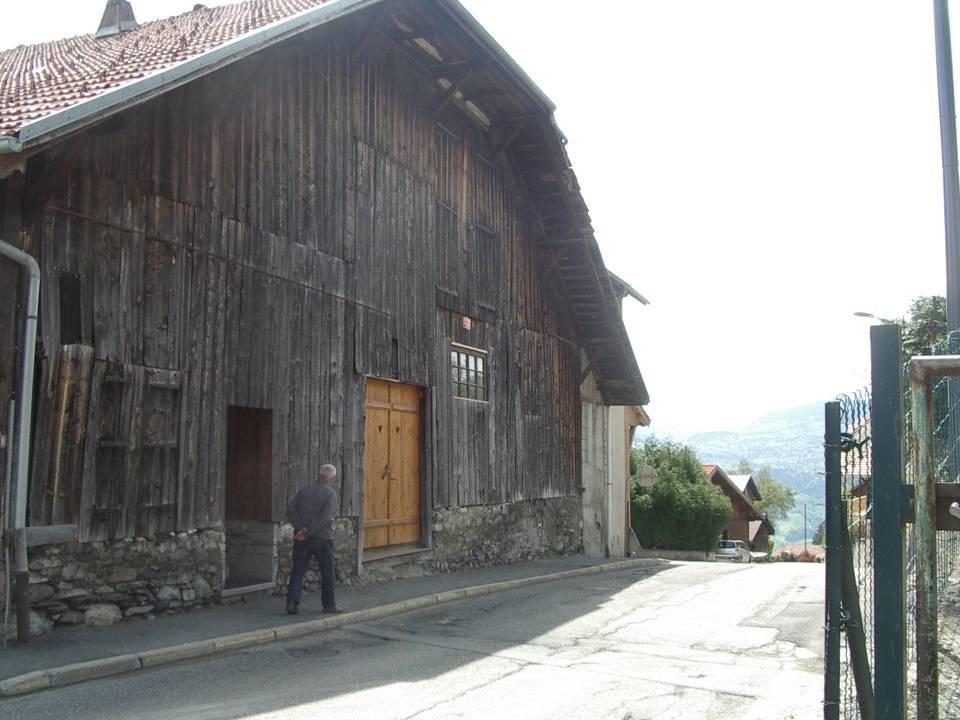 Un ancien élève passe devant la ferme-école Devillaz (Cliché Bernard Théry)