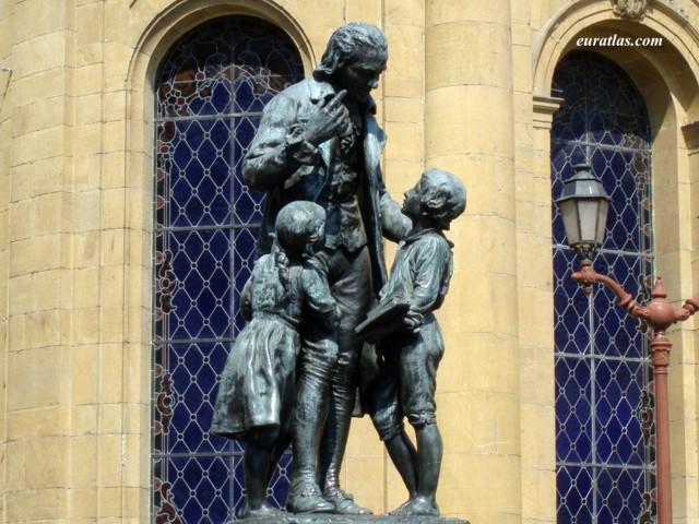 Une statue de Pestalozzi se trouve sur la place qui porte son nom à Yverdon-les-Bains, capitale du Nord-Vaudois, au sud du lac de Neuchâtel.