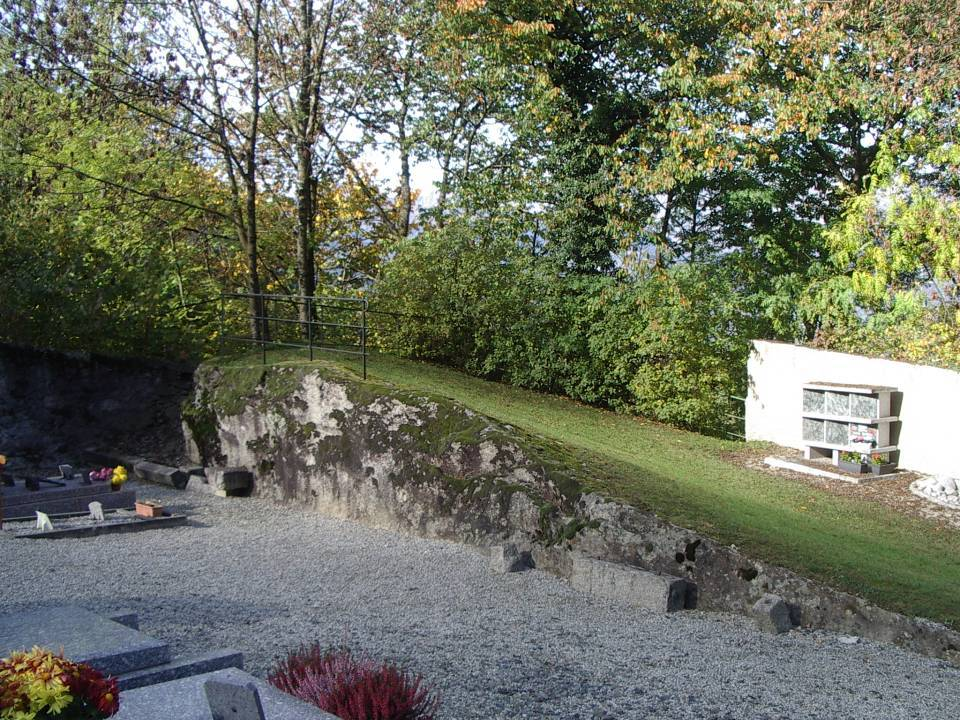 Bloc erratique à l'angle Nord-Ouest du cimetière des Plagnes (cliché Bernard Théry)