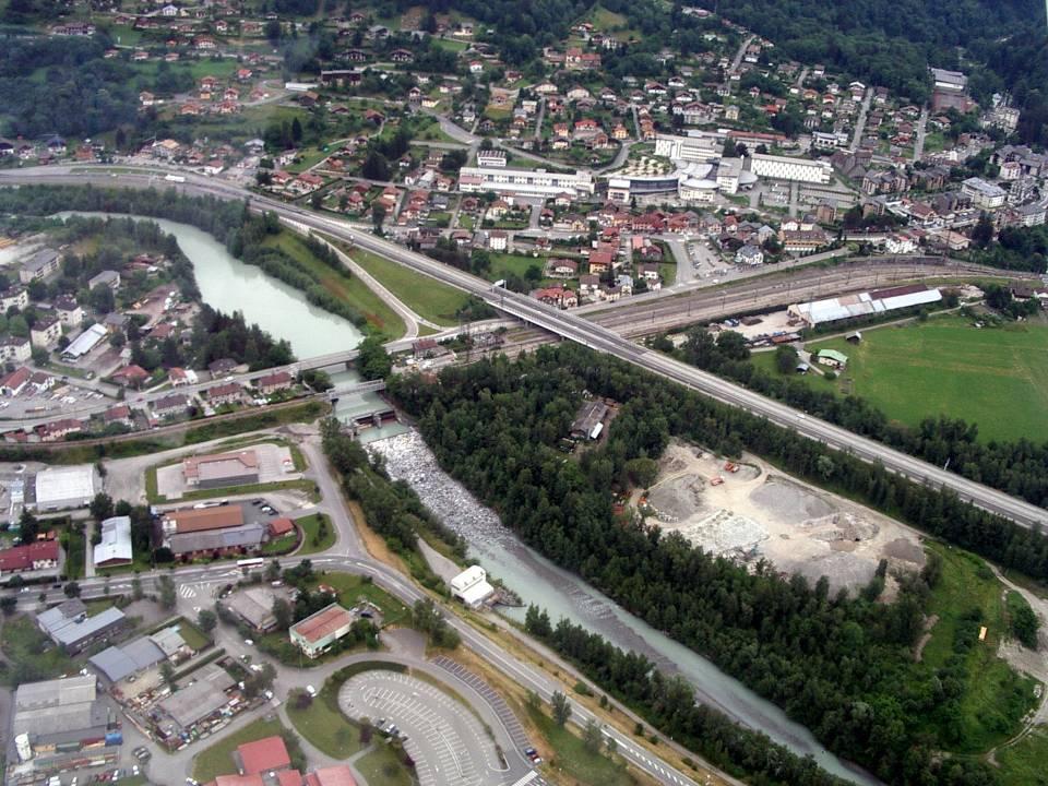 Vue aérienne de la desserte ; la gare du Fayet est à droite, hors champ ; la voie ferrée traverse l'Arve sur un pont métallique à l'Abbaye (Doc. CHePP, pilote Roland Sarkis, cliché Bernard Théry, 27 juin 2013)