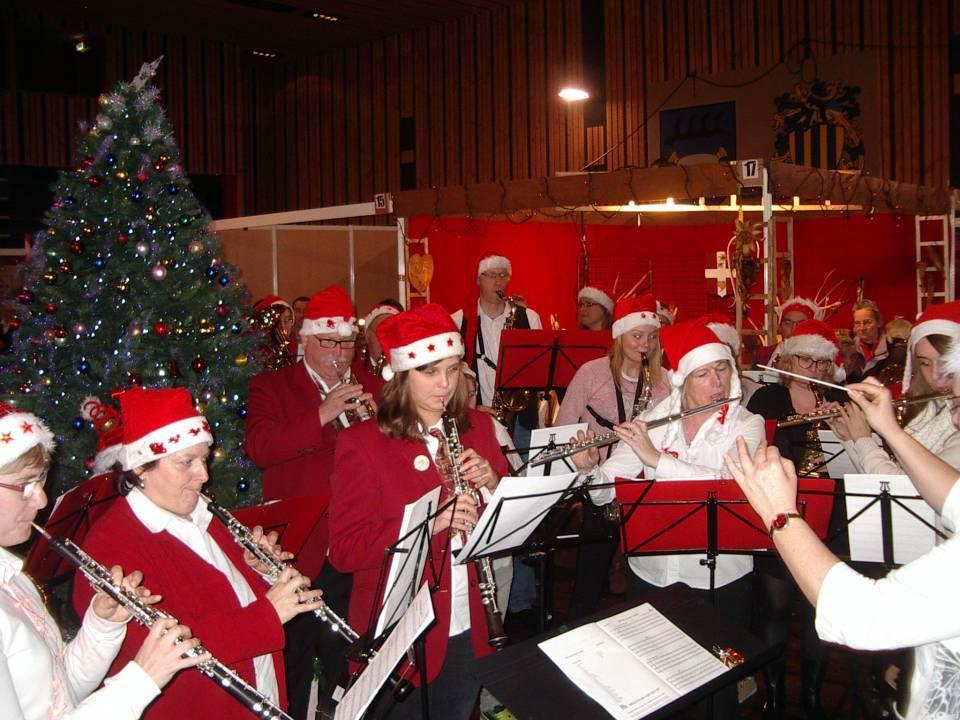Marché de Noël 2013 à Passy : airs de Noël interprétés par l'harmonie minicipale (cliché bth-CHePP)