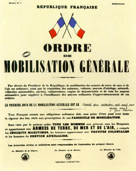"""""""Ordre de Mobilisation générale""""""""Par décret du Président de la République, la mobilisation des armées de terre, de mer et de l'air est ordonnée, ainsi que la réquisition des animaux, voitures, moyens d'attelage, aéronefs, véhicules automobiles, navires, embarcations, engins de manutention et tous les moyens nécessaires pour suppléer à l'insuffisance des moyens ordinaires d'approvisionnement de ces armées.Le premier jour de la mobilisation générale est le samedi deux septembre mil neuf cent trente neuf à zéro heure.[...]"""""""