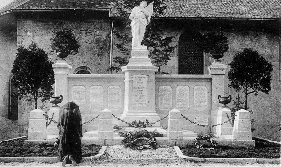 Une femme en deuil se recueille devant le monument aux morts de Passy où sont enterrés six soldats (P. Dupraz, Traditions et évolution de Passy, p. 135)