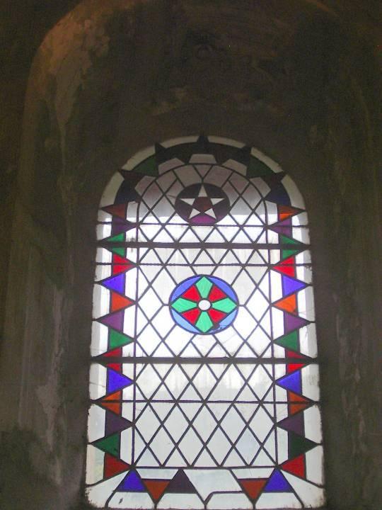 Vitrail de St-Donat côté sud, vu de l'intérieur, avant la restauration (cliché Bernard Théry, 2011)