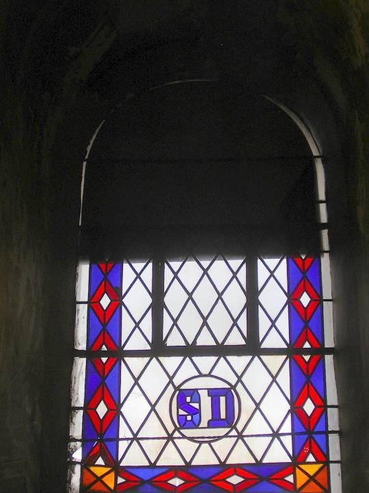 Vitrail de St-Donat côté nord, vue de l'intérieur, avant la restauration (cliché Bernard Théry, 2011)
