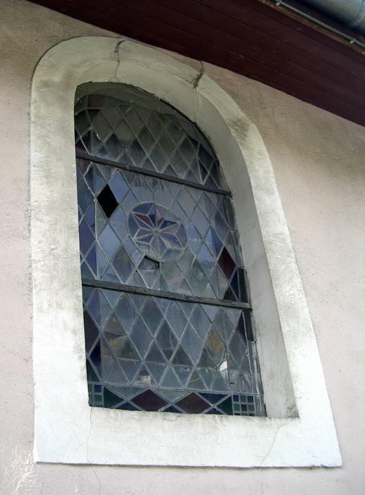 Vitrail de St-Donat côté sud, vu de l'extérieur, avant la restauration (cliché Bernard Théry, 2011)