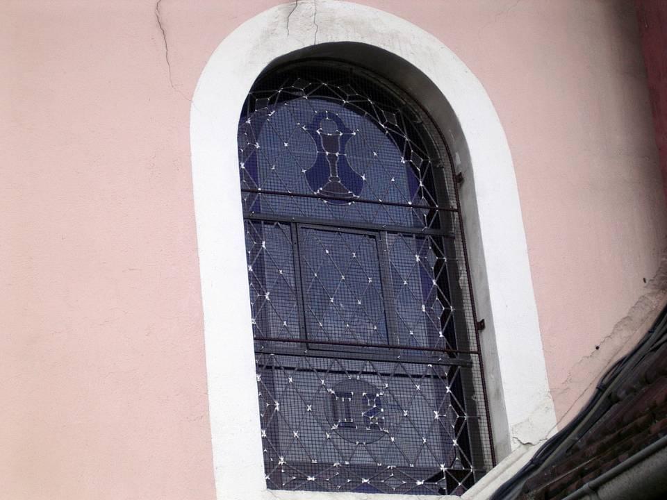 Vitrail de St-Donat restauré en 2013, côté nord, vue de l'extérieur (cliché Bernard Théry)