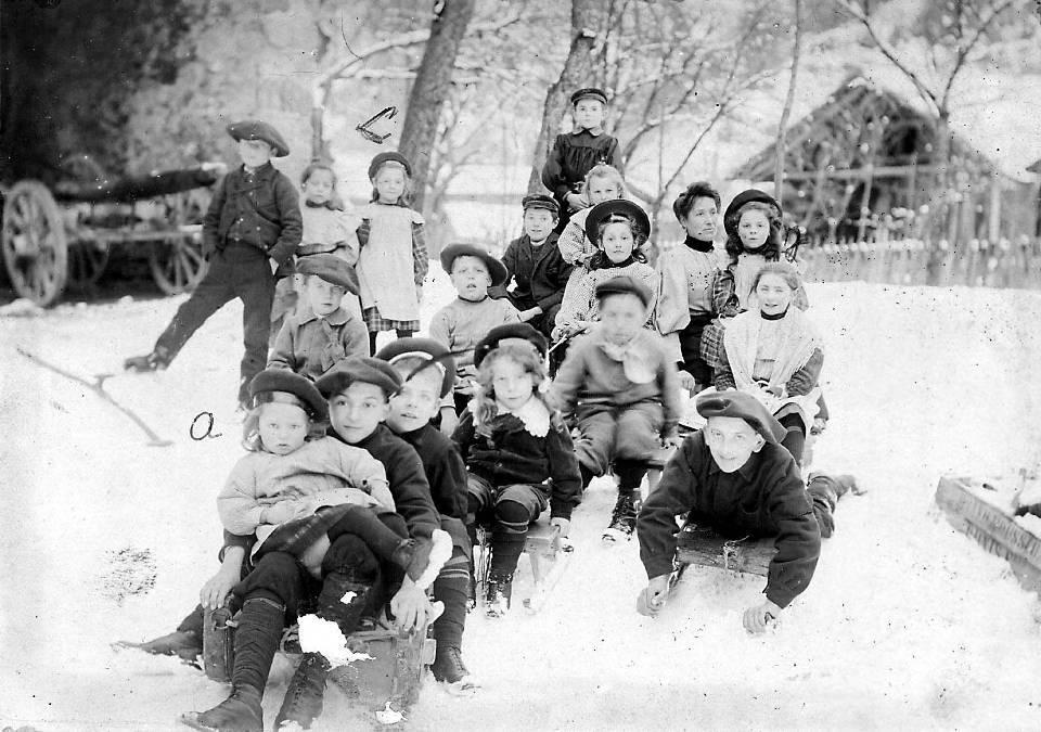 Enfants de Passy sur leurs luges (coll. Pierre Dupraz)
