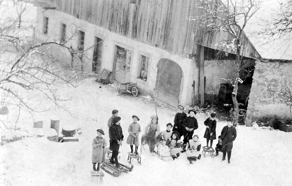 Enfants de Passy prêts pour la luge (coll. Pierre Dupraz)
