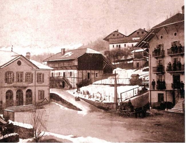 La mairie de Passy et l'hôtel Vallet sous la neige en 1908 (Traditions et évolution de Passy, p. 56, photo : Baud ; coll. Alain Laugier)