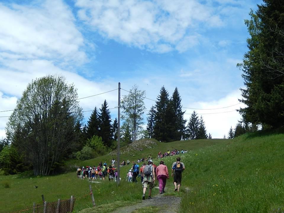Les écoliers montent vers la stèle de la Torchette (cliché Bernard Théry, 19 mai 2014)