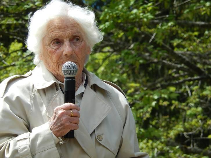 Madame Simone Hottegindre parle aux écoliers (cliché Bernard Théry, 19 mai 2014)
