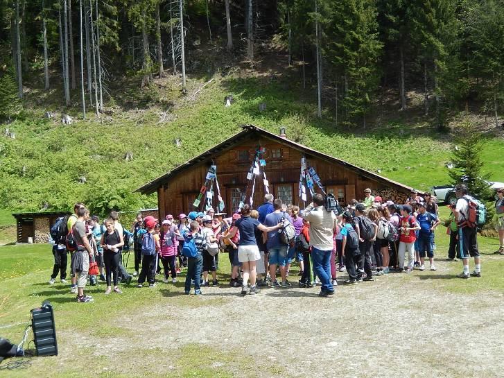 Monfort, mai 2014, les écoliers devant le chalet de la Torchette (cliché Bernard Théry, 19 mai 2014)