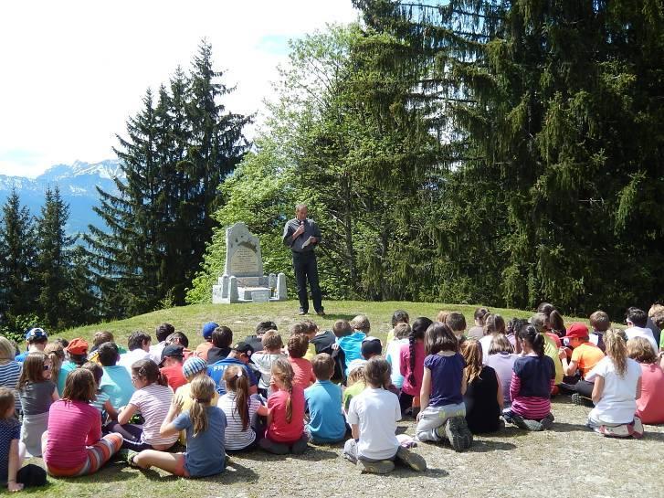Les écoliers devant la stèle de la Torchette, accueillis par M. Kollibay, maire de Passy (cliché Bernard Théry, 19 mai 2014)