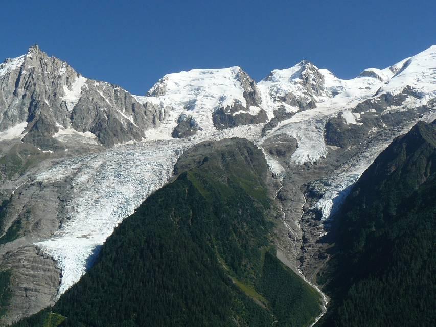 A droite de l'Aiguille du Midi, le glacier des Bossons et celui de Taconnaz, vus du Merlet, aux Houches, en juillet 2008 (cliché Bernard Théry)