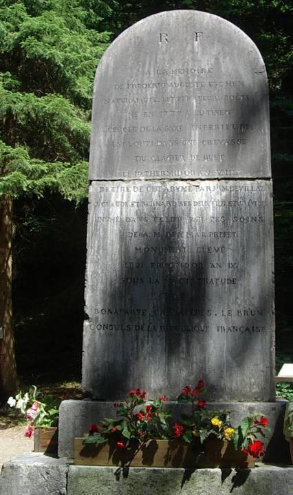 Monument « à la mémoire de Frédéric Auguste Eschen (…) élevé le 21 fructidor an IX, sous la magistrature de Bonaparte, Cambacérès, Lebrun, Consuls de la république française.   » : circonstances de l'accident (cliché Bernard Théry, 2013)