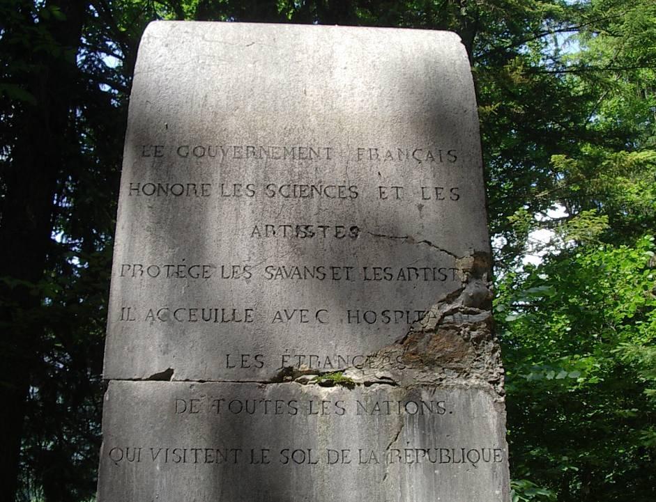 Monument à la mémoire de Frédéric Auguste Eschen : Le Gouvernement français honore les sciences et les artistes… (cliché Bernard Théry, 2013)