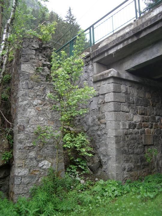 Le Pont Pélissier aux Houches : le tablier actuel et un ancien pilier de la rive droite (cliché Bernard Théry)