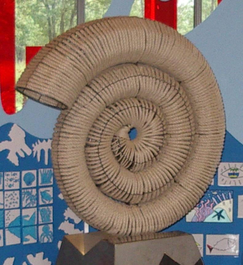 Nigel ROBINSON, « Marée haute », détail de l'installation artistique avec la contribution des enfants des écoles de Passy pour les « 40 ans de sculpture contemporaine à Passy », 2013 (cliché Bernard Théry, parvis des Fiz, juillet 2013)
