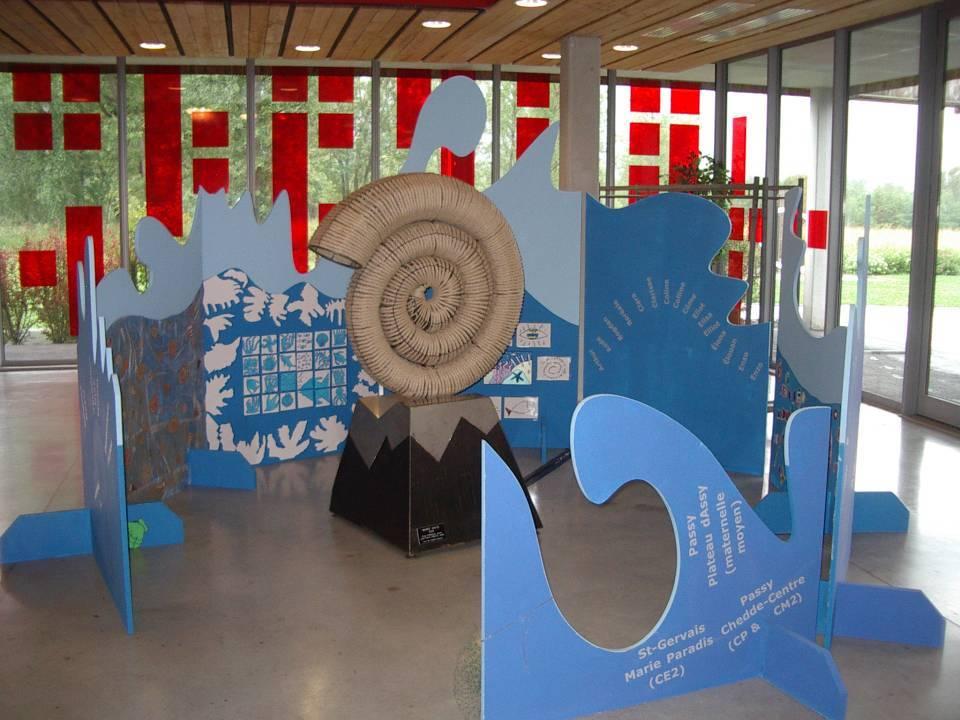 Nigel ROBINSON, « Marée haute », installation artistique avec la contribution des enfants des écoles de Passy pour les « 40 ans de sculpture contemporaine à Passy », 2013 (cliché Bernard Théry, parvis des Fiz, juillet 2013)