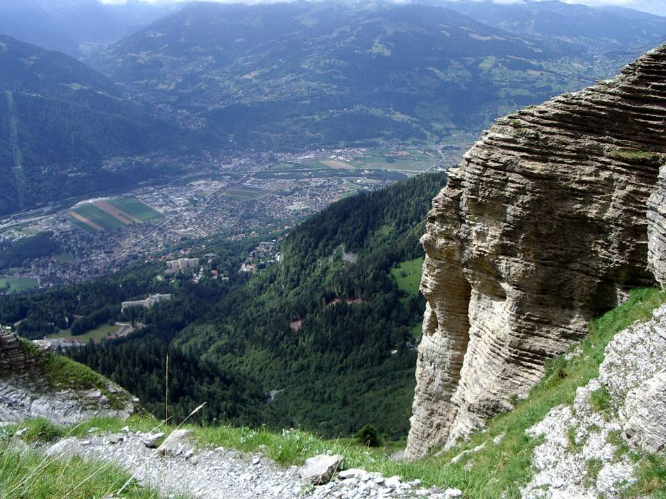 Couches sédimentaires du massif de Platé, à Passy ; dans la vallée la ville de Passy (cliché Bernard Théry)